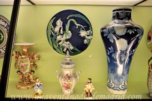 Museo de Artes y Costumbres populares de Sevilla, Loza de la Cartuja, figuras de adorno, jarrón, tarjetero y tibor