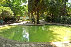 Sevilla, Parque de María Luisa, Escultura abstrata y alberca junto a la Glorieta de Luis Montoto