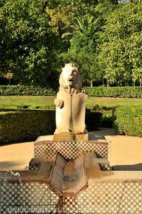 Sevilla, Parque de María Luisa, Uno de los cuatro leones de la Fuente de los Leones