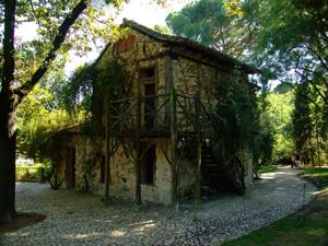 Parque de El Capricho, Casa de la Vieja