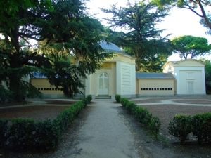 Parque de El Capricho, El Abejero, parte trasera con las trampillas a las colmenas