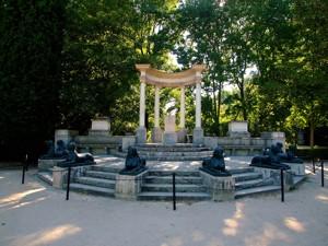 Parque de El Capricho, Exedra
