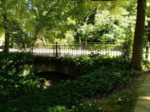 Parque de El Capricho, Puente sobre el arroyo