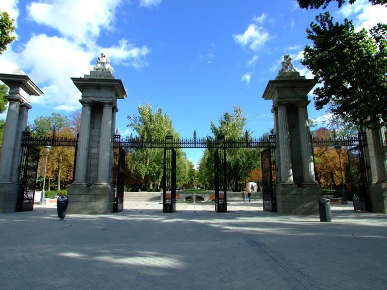 El retiro sus puertas y entradas for Calle jardin de la reina granada