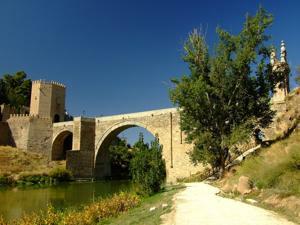 Toledo, Puente de Alcántara visto desde la ribera del Tajo