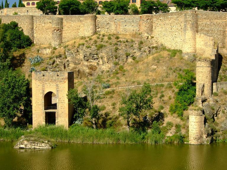Baño Arabe En Toledo:Localización: En la ribera del río, entre el antiguo Puente de San