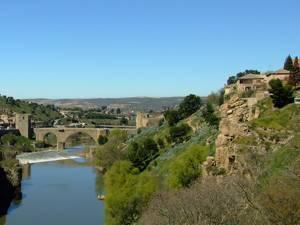 Toledo, Puente de San Martín al fondo y a la derecha la Roca Tarpeya